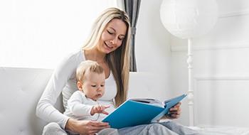 Mama mit ihrem Kind ein Buch an