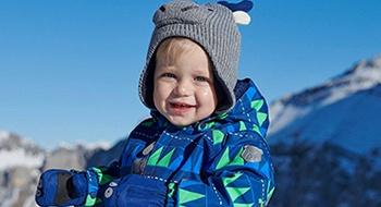 Junge mit Mütze und blauer Winterjacke