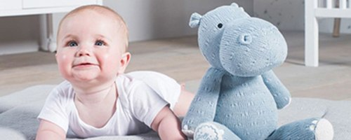 Baby mit Plüschtier