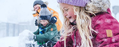 Kind mit Mütze und Winterjacke