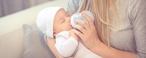 Mutter gibt Baby die Babyflasche
