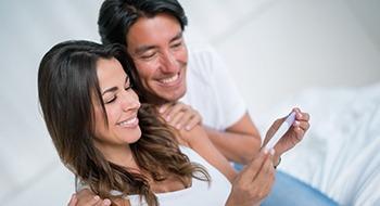Frau und Mann mit Schwangerschaftstest