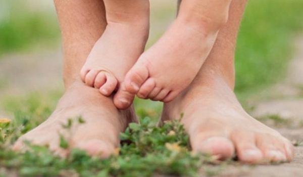 Barfuß laufen: Warum es für Babyfüße so gesund ist - jetzt informieren!
