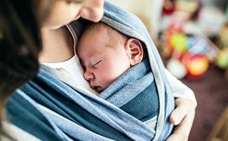 Schlafendes Baby in Tragetuch