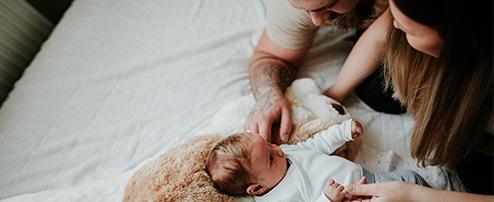 Mama & Papa kümmern sich um Baby