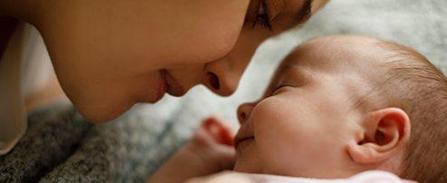 Mama kuschelt mit Baby