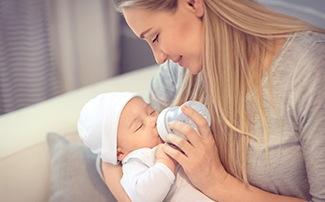 Baby wird mit Fläschchen gefüttert