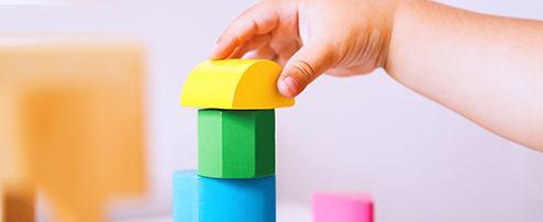 Baby baut mit Bauklötzen einen Turm