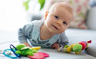 Baby spielt mit Greiflingen
