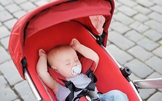Schlafendes Kind im Buggy