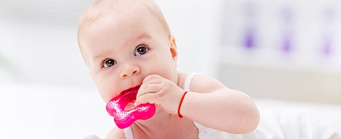 Baby mit Beissring im Mund