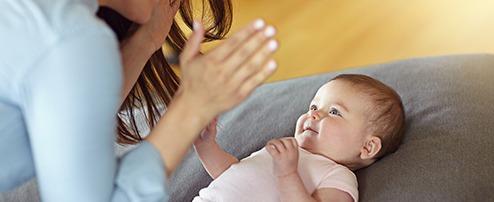 Mama macht mit Baby Fingerspiele