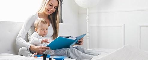 Mama liest mit Kleinkind ein Buch