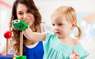 Kleinkind spielt mit Steckspielzeug
