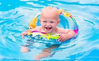 Kind mit Schwimmring im Schwimmbecken