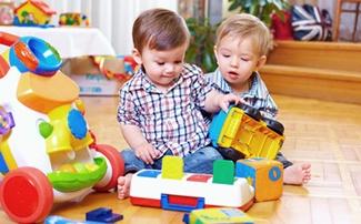 Zwei Kinder spielen miteinander
