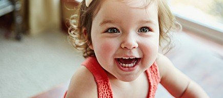 Fröhliches kleines Mädchen