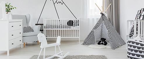 Babyzimmer mit Babybett, Kommode und Schaukelpferd
