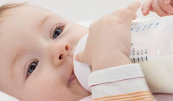 Baby mit Fläschchen