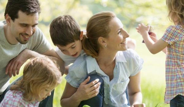 Vater und Mutter mit 3 Kindern
