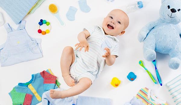Babysocken, Schuhe, Teddybär und Schnuller an Kordelschnur aufgehängt
