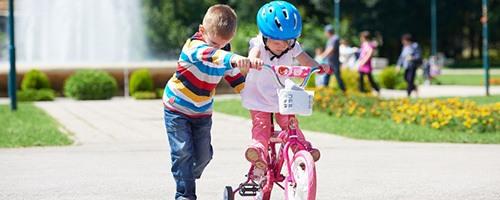 Kind mit Fahrrad und Fahrradhelm