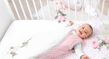 Kind in Babyschlafsack