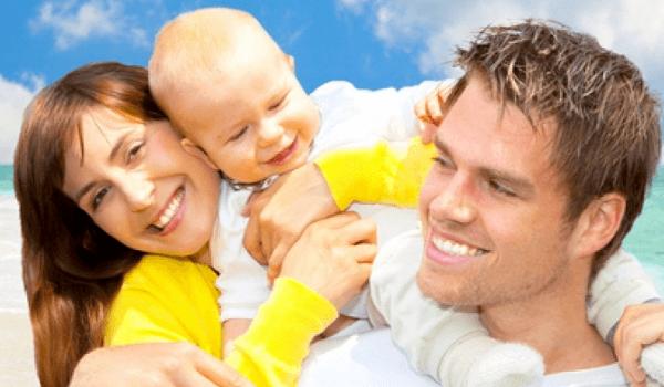 Eltern mit Baby am Strand