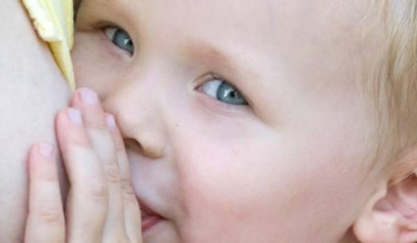 Kind während des Stillens
