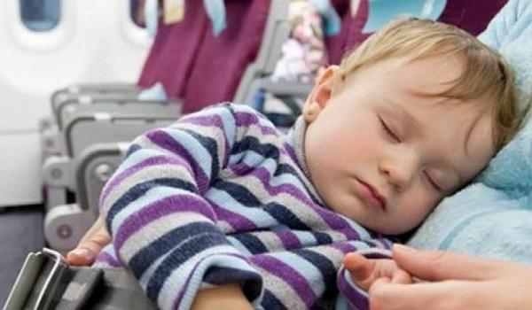 Kind schläft im Flugzeug