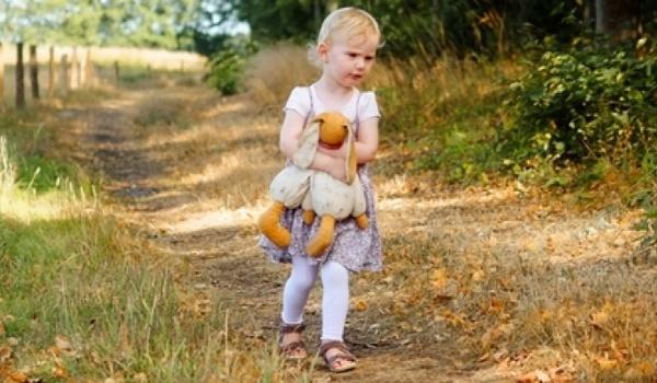 Kind läuft allein auf einem Weg