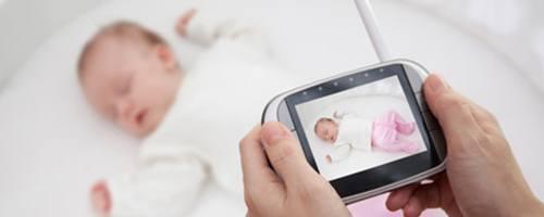 Schlafendes Baby und Babyphone mit Kamera
