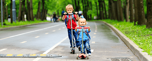 Niños en patinete
