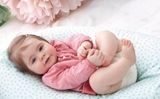 Baby auf einem Stillkissen