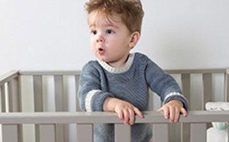 Junge im Laufgitter