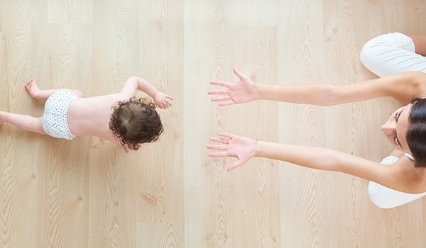 Ab wann Babys krabbeln lernen & wie dabei fördern? - jetzt informieren!