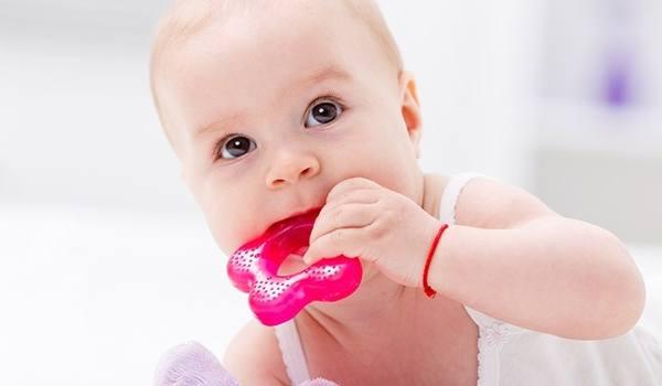 Wenn Babys zahnen: Erste Symptome, Hilfsmittel & Pflege - jetzt informieren!