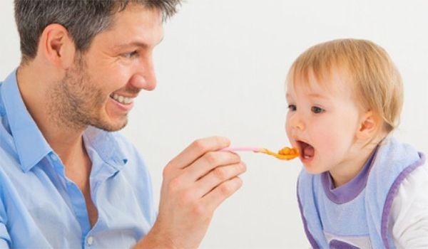 padre alimentando bebé