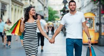 Schwangere Frau mit Mann beim Shoppen