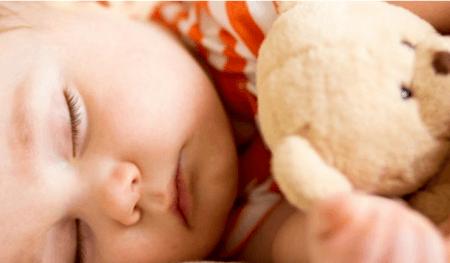 Schlafendes Baby mit Kuscheltier